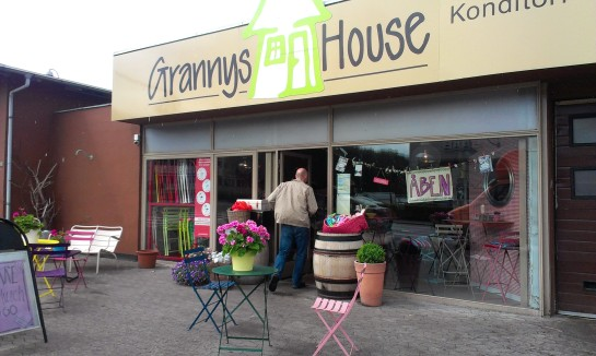 Granny's, a bakery in the middle of the an industrial neighborhood, the only 115 m2 sidewalk gives life to the place – even without people